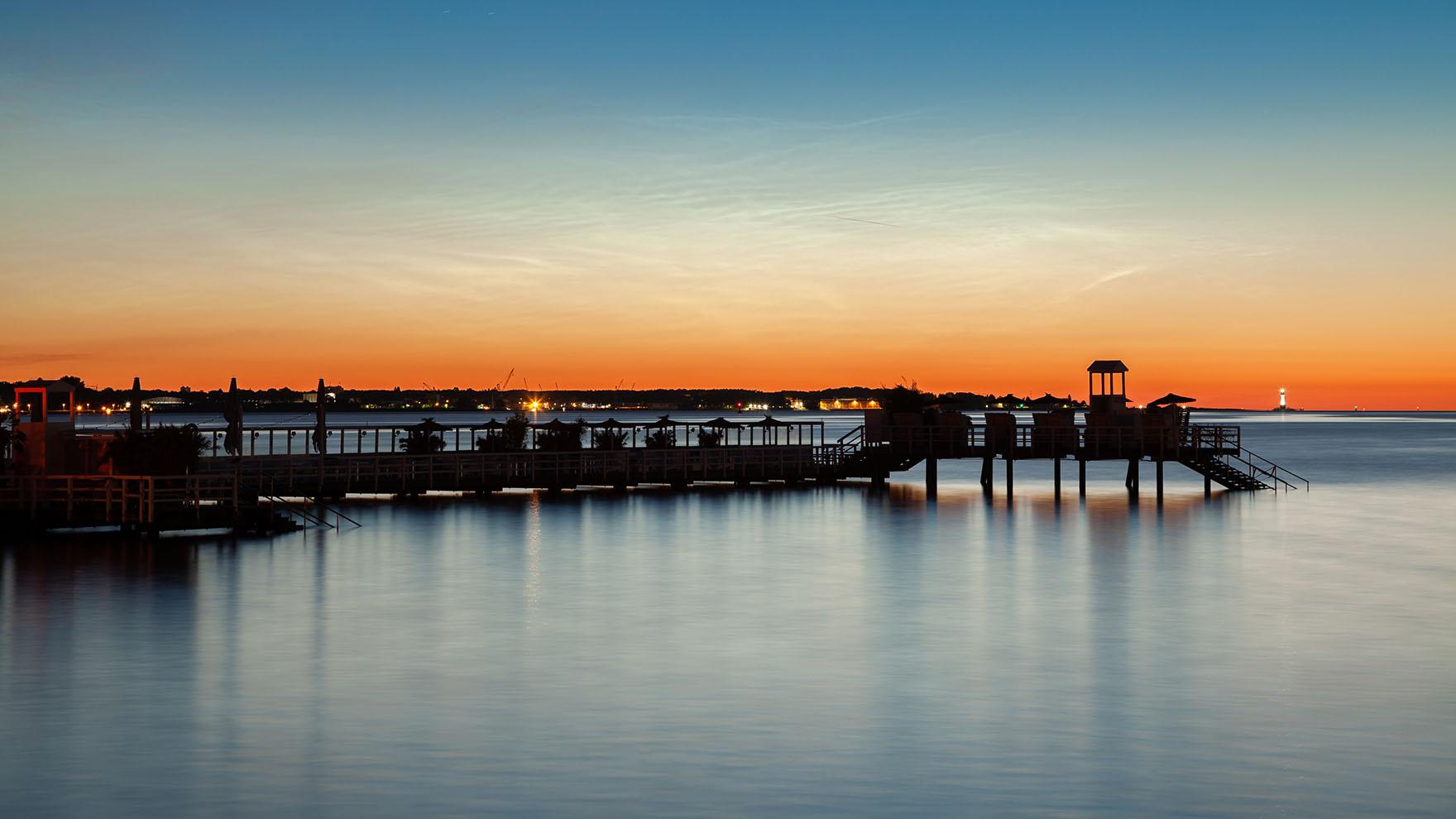 leuchtende Nachtwolken über der Kieler Förde