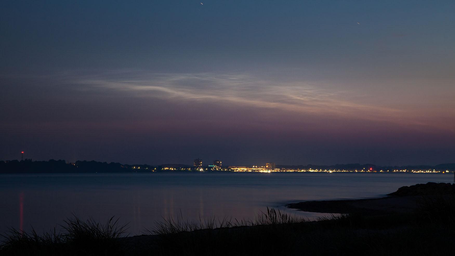 leuchtende Nachtwolken über Laboe an der Ostsee